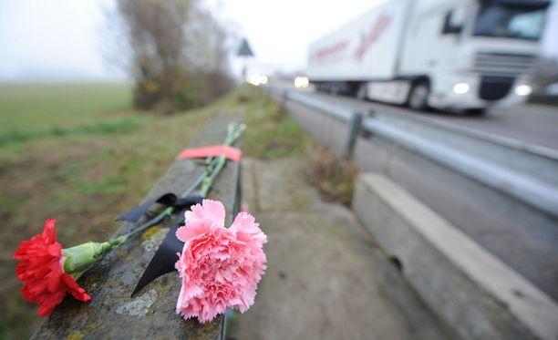 Liikenneonnettomuudessa kuolleen viisihenkisen perheen vanhempia kuvailtiin epäitsekkäiksi ihmisiksi. Kuvituskuva.