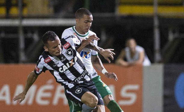 Tiaguinho (takana) ja 76 muuta kuolivat viime marraskuun traagisessa lento-onnettomuudessa.