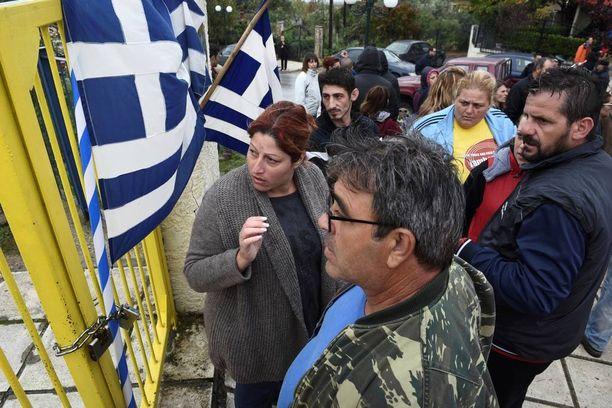 Paikalle pakolaislasten koulutusta vastustamaan oli saapunut noin 40 mielenosoittajaa.