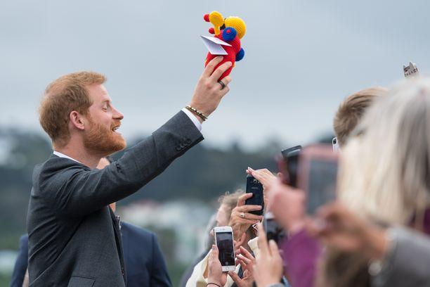 Kuninkaallisfanit ovat lahjoneet prinssi Harrya vauvaleluin. Tämän värikkään yksilön hän sai Wellingtonissa.