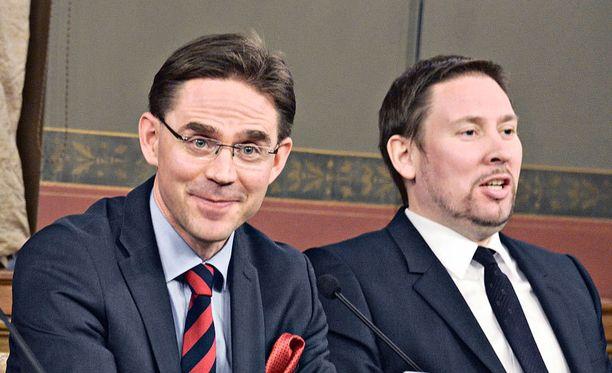 Arhinmäki kritisoi osinkoveropäätöstä keskiviikkona. Kataisen mukaan päätös on jo tehty.