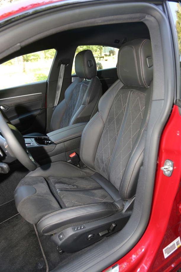 Malliston parhaimmissa istuimissa on hyvin sivuttaistukea, istuinosan pituussäätö ja hierontatoiminto.