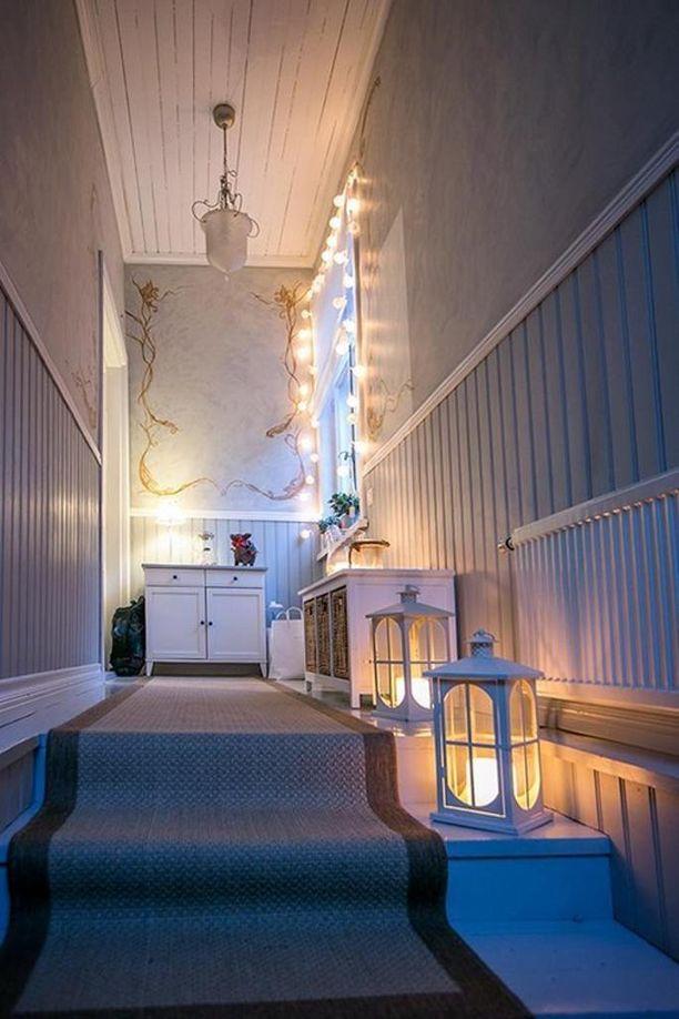 Portaikon tai kapean käytävän somistavat lyhdyt, joissa on led-kynttilät.