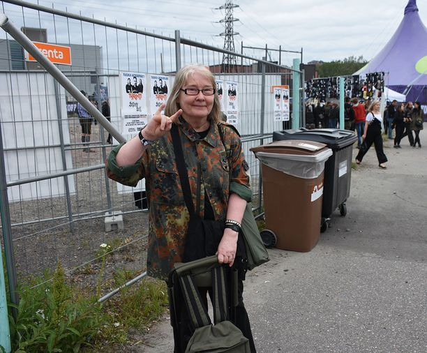 67-vuotias Leena Leino on käynyt festivaaleilla vuodesta 2005 alkaen.- Hevi on isännän ja minun yhteinen harrastus. Onneksi täällä saa olla tuoli mukana! Leino kertoo, että kotona kuunnellaan paljon metallimusiikkia.- Kyllä Tuskaan on tultava.