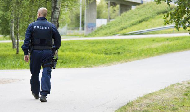 Poliisi haravoi ympäristöä Nokelassa lauantai-iltana.