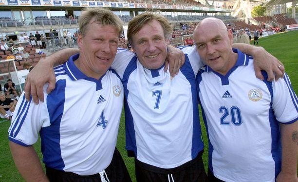 Heikki Suhonen (keskellä), Jallu Rantanen ja Atik Ismail tietävät jotakin maalinteosta.