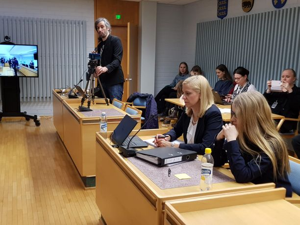 Johanna Vehkoo (kuvassa edessä) kiistää syytteen ja katsoo, että tapauksesta ei tule tuomita minkäänlaisia korvauksia.