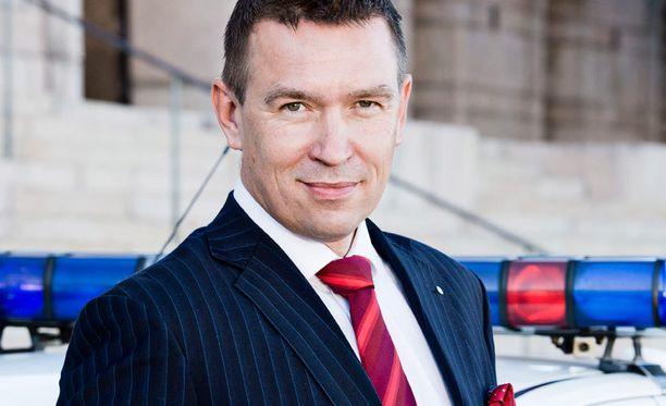 Perussuomalaisten kansanedustaja Tom Packalén kehuskeli Ylen A-studiossa tietävänsä salaisesta esitutkintamateriaalista.