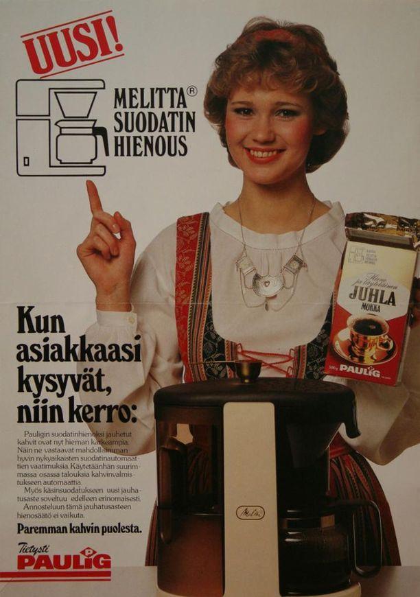 Paula-tyttö ja kahvipaketti kokosivun mainoksessa.