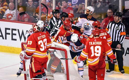 """Maalivahdit tappelivat NHL:n paikalliskamppailussa – Calgary-vahti sai joukkuetoverinsa kiusalliseen tilanteeseen: """"ei fiksuin reaktio"""""""