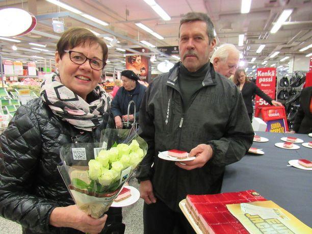 Kakku maistui myös Pirjo ja Aimo Nurmi pistäytyivät kakkukahveille.