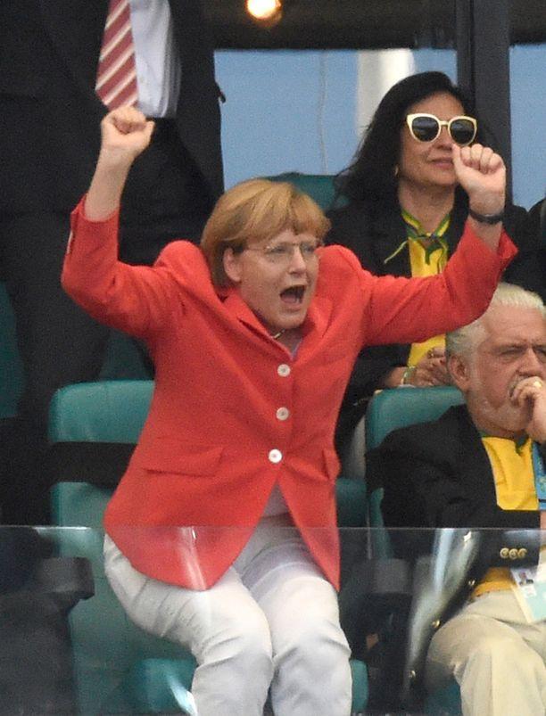 Merkel tunnetaan innokkaana jalkapallofanina. Tässä liittokansleri tuulettaa Saksan 2-0-maalia Portugalin verkkoon kesän 2014 MM-kisoissa Brasiliassa.