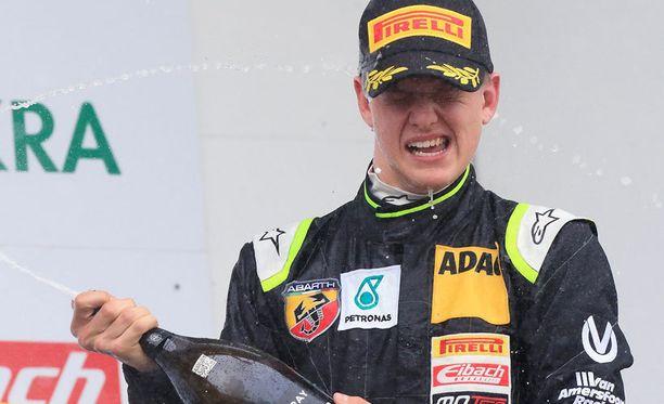 Mick Schumacher palkittiin Oscherslebenissä parhaana tulokaskuskina.