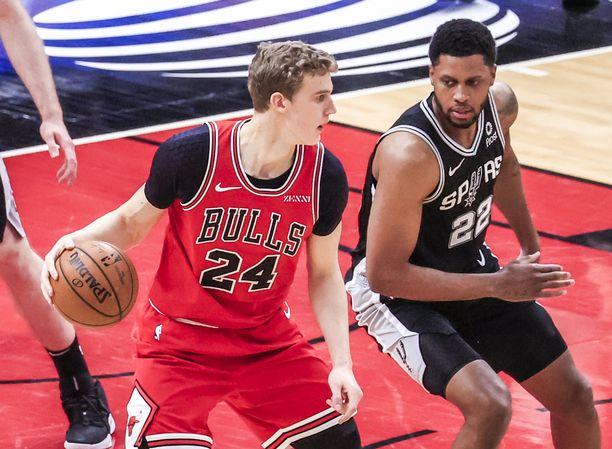 Lauri Markkanen pelaamassa San Antonio Spursia vastaan.