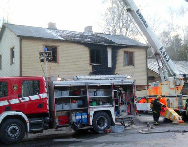 Omakotitalo kärsi pahoja vaurioita tulipalossa vappupäivän yönä.