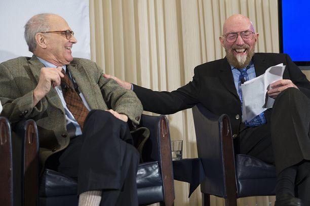Caltechin teoreettisen fysiikan professori Kip Thorne (oik.) ja MIT:n fysiikan emeritusprofessori Rainer Weiss pudottivat uutispommin helmikuussa 2016.