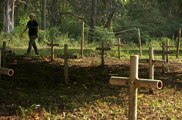 Ensimmäisten hautalöytöjen paikalle pystytettiin 31 metalliputkista tehtyä ristiä. Taustalla kävelee tutkimusprojektin johtajan Erin Kimmerle.