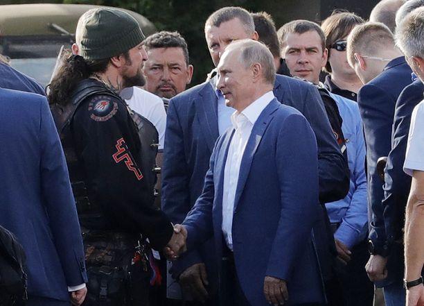 """Ystävien ja """"kollegoiden"""" lämmin kohtaaminen Sevastopolin moottoripyörätapahtumassa syksyllä 2017."""