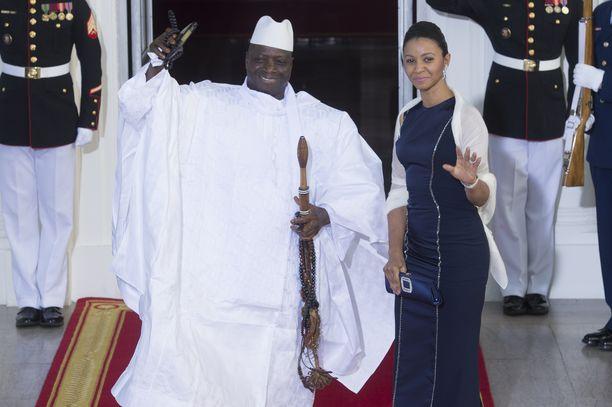 Raiskauksista syytetty entinen presidentti Yahya Jammeh (vas.) oli 2014 yhdessä vaimonsa Zeinab Suma Jammehin kanssa Obaman vieraana Valkoisessa talossa. Hänen kerrotaan pitäneen Yhdysvalloista.