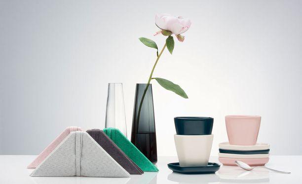 Kokoelman maljakot suupuhalletaan Iittalan lasitehtaalla Suomessa. Keraamiset tuotteet valmistetaan Thaimaassa.