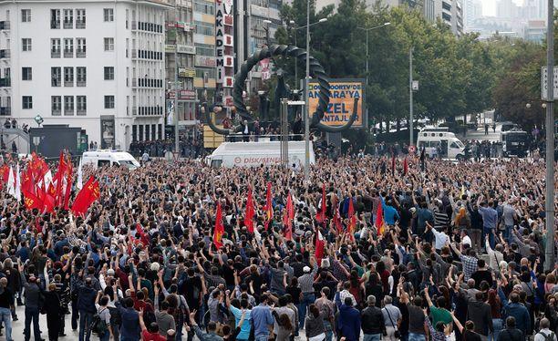 Aukiolle kerääntynyt väkijoukko näytti yhdessä rauhanmerkkiä.