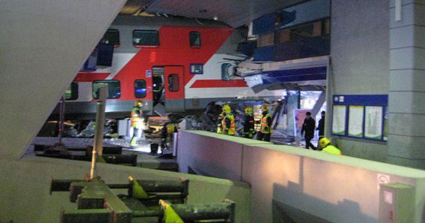 Juna törmäsi hotellin seinään Helsingin asemalla.