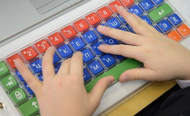 Opetusviraston päällikkö vastasi muun muassa koulujen tietokone- ja tablettihankinnoista.