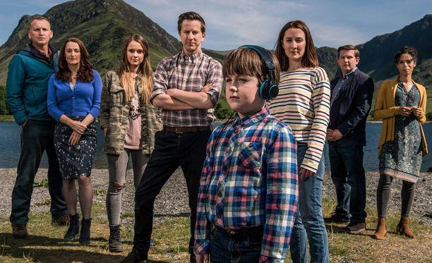 Sarjan pääosissa nähdään muun muassa Lee Ingleby (4. vas.) ja Morven Christie (3. oik.). Joeta näyttelee Max Vento ja isoisää (vas.) Christopher Eccleston.