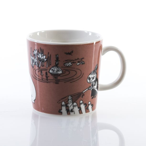 Ruskea Pikku Myy -muki näyttää tältä. Muki on ainutlaatuinen taiteilijakappale.