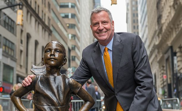 New Yorkin pormestari Bill de Blasio päätti, että patsas saa jäädä paikoilleen ainakin ensi vuoteen.