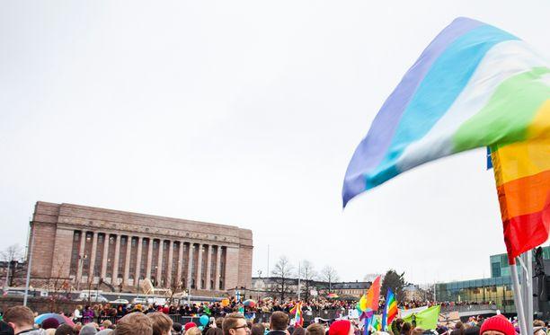 Eduskunta päätyi kannattamaan tasa-arvoista avioliittolakia äänin 105-92 viime marraskuussa. Eduskuntatalon ulkopuolelle kerääntyi runsaasti ihmisiä odottamaan lopputulosta.