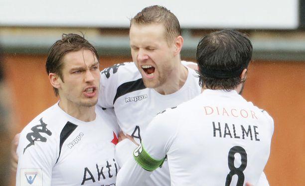 Juho Mäkelä (keskellä) tuuletti antaumuksella 1-0-maalia.