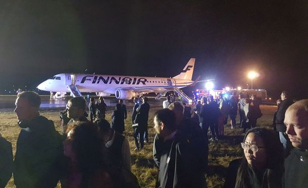 Teknisen vian vuoksi Finnair joutui perumaan myös sunnuntaisen Helsinki-Oslo-Helsinki-lentonsa. Kuvassa evakuoitu Helsinki-Göteborg-lento Turun lentokentällä.