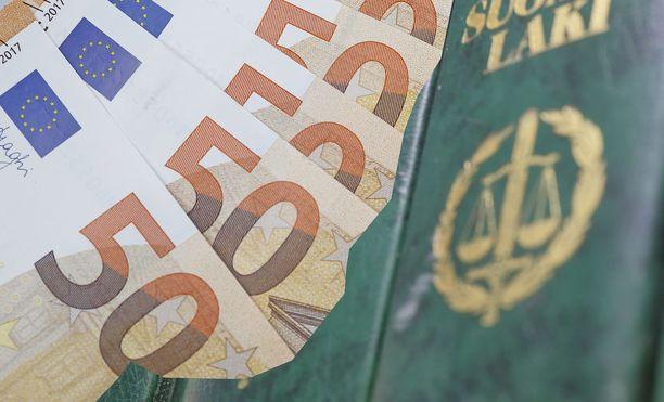 Opettajan korvaukset nousevat oikeudenkäyntikuluineen yli 130 000 euroon.