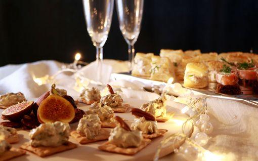 Älä ota stressiä uudenvuoden tarjoiluista: pienet cocktailherkut syntyvät juhlapöytään käden käänteessä