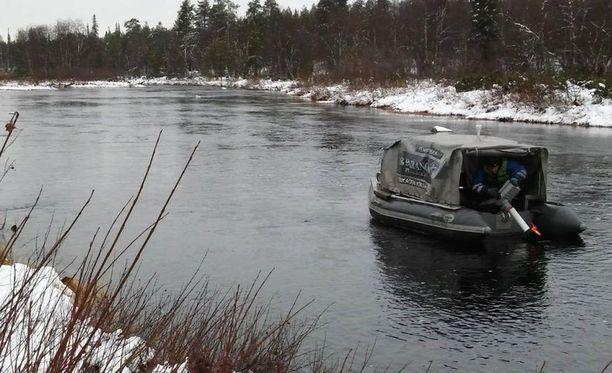 Vesistöetsintöihin erikoistunut vapaaehtoinen Reino Savukoski etsi kadonnutta naista tuloksetta viime vuoden lokakuussa.