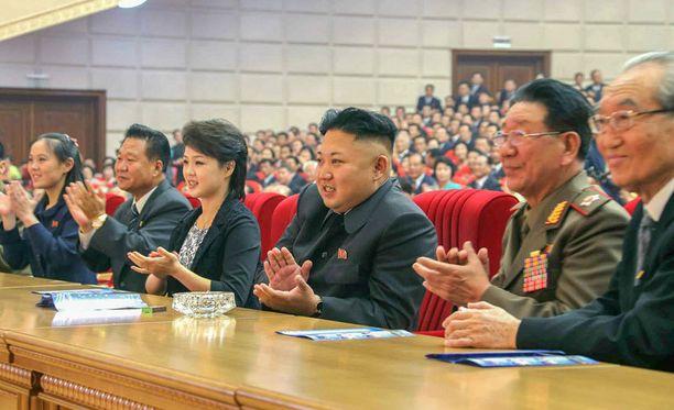 KCNA:n julkaisemassa kuvassa Kim Jong-un seuraa vaimonsa Ri Sol-jun vieressä Moranbong-bändin esitystä Pjongjangissa.
