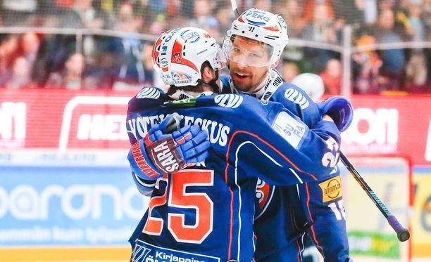 Henrik Haapala (numero 25) onnitteli voittomaalin iskenyttä Masi Marjamäkeä.