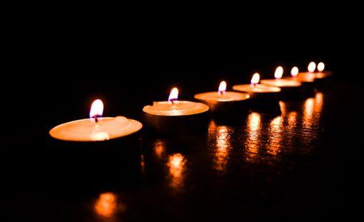 Kynttilöitä ei saa polttaa loppuun edes ulkona.