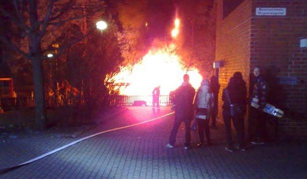 Varaston välittömässä läheisyydessä ei ole muita rakennuksia, mutta vieressä ollut puu uhkasi syttyä tuleen.