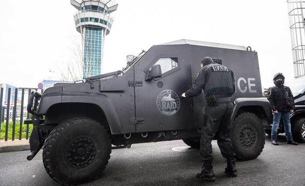 Ampumavälikohtaus aiheutti massiivisen poliisioperaation Pariisin Orlyn lentokentällä.