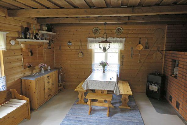 30 neliön mökillä on hintaa 25 000 euroa. Tuvan leivinuuni ja hella lämmittävät. Sähkölinja rajalle.