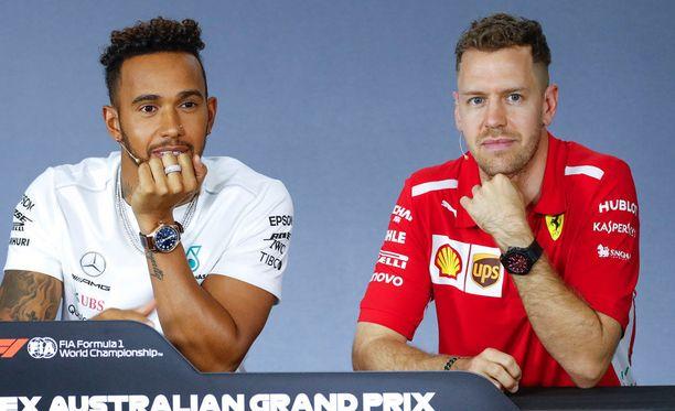 Sebastian Vettel puolusti Lewis Hamiltonia eilen lehdistötilaisuudessa.