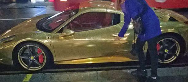 Kullattu Ferrari, vai vain kullanvärinen.