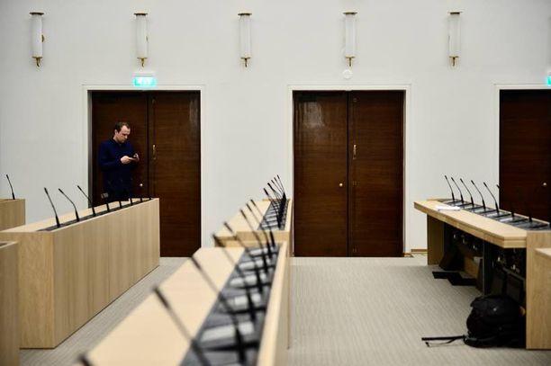 Uuden istuntosalin yleisilme on paljon valoisampi ja vaaleampi kuin alkuperäisen salin.