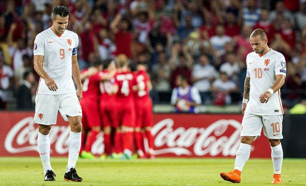 Robin van Persien ja Wesley Sneijderin kasvot kertovat tuskasta.