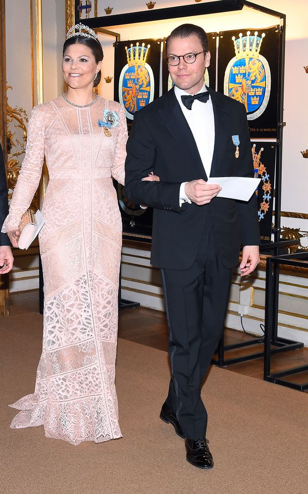 Kruununprinsessa Victoria saapui illallisille kauniissa roosan värisessä iltapuvussa. Käsipuolessa aviomies prinssi Daniel.