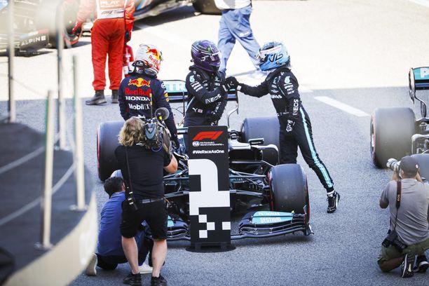 Valtteri Bottas onnitteli tallikaveriaan ja kisan voittajaa Lewis Hamiltonia.