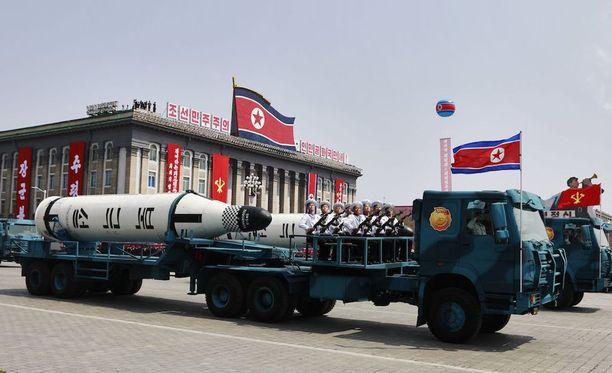 Pohjois-Korea on tehnyt epäonnistuneen ohjuskokeen. Kuva on lauantain sotilasparaatista, joka järjestettiin Pohjois-Korean pääkaupungissa maan perustajan Kim Il-sungin syntymäpäivän kunniaksi.