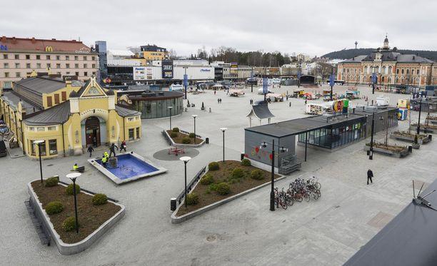 Mies liikkui Kuopiossa yleisillä paikoilla mukanaan kotikutoinen räjähde. Kuvituskuva torilta.